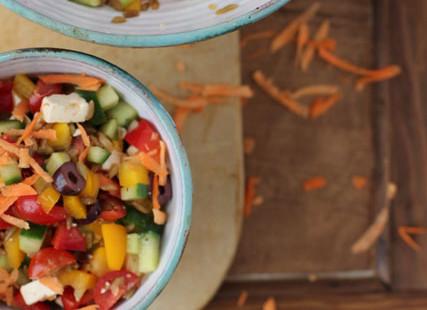 Griechischer Salat mit zwei geheimen Sattmachern