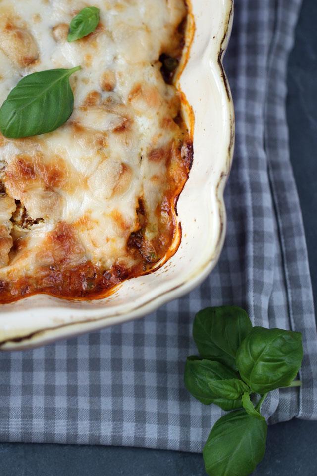 Das beste gesunde Lasagnerezept (optional Low Carb und vegetarisch), mit Gemüse, Quinoa und Linsen, Frischkäse statt Hollandaise und variablen Schichtmöglichkeiten. Ausprobieren! Carrots for Claire