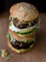 Burger Two Ways mit karamellisierten Zwiebeln & gesunder Mayo
