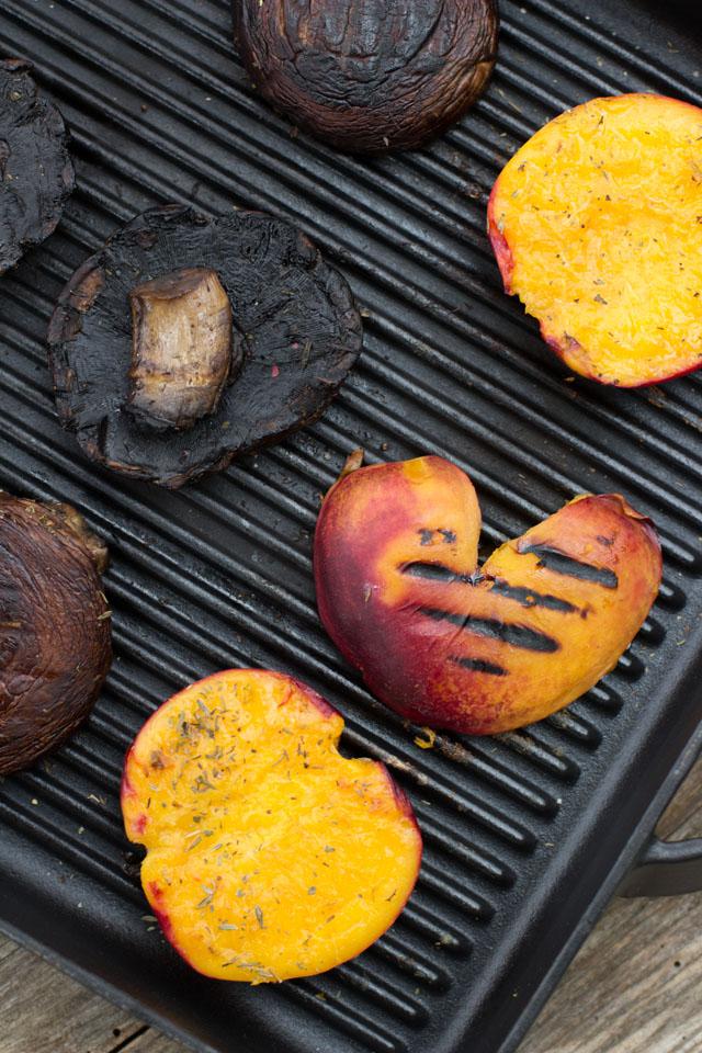 Gegrillte Portobellopilze und Nektarinen für einen alltagsfreundlichen, veganen Portobellosandwich