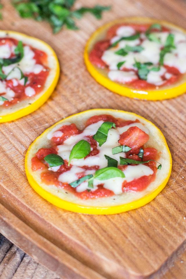 Easy mini Zucchini-Pizzen, optional vegan und ein paar Worte zu Lightprodukten
