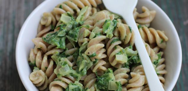 Leichtere Spinatcremesoße zu Pasta (vegan) und warum Mandelmilch statt Sahne (incl. Mandelmilchrezept)