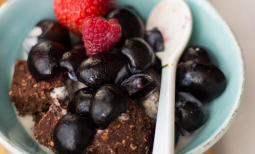 Schokotartewürfel mit Vanillesoße und Sommerobst aus der Schüssel (vegan und guiltfree)