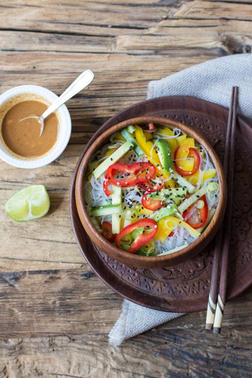 vegane Asia Nudeln mit schneller, roher Soße