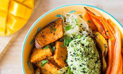 Lunchbowl mit Ofengemüse und Dip auf Sonnenblumenkernbasis (vegan)