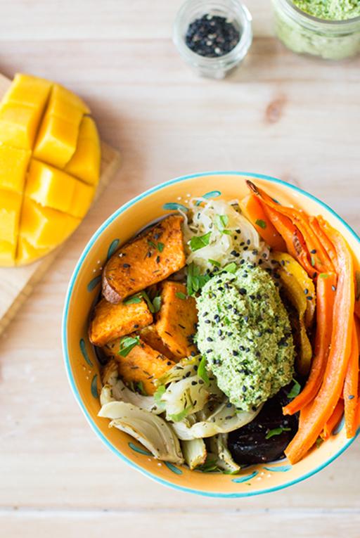 Lunchbowl mit Ofengemüse und veganem Petersiliendip