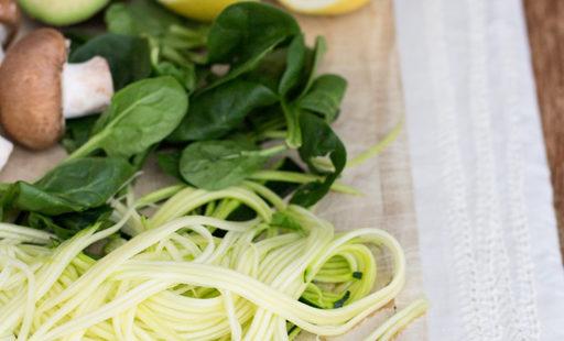 Gemüsespaghetti mit Avocado-Cremesoße (vegan und glutenfrei)